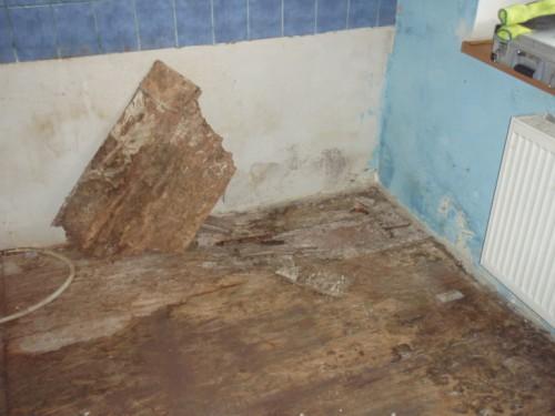 Původní podlahy ve velmi špatném stavu