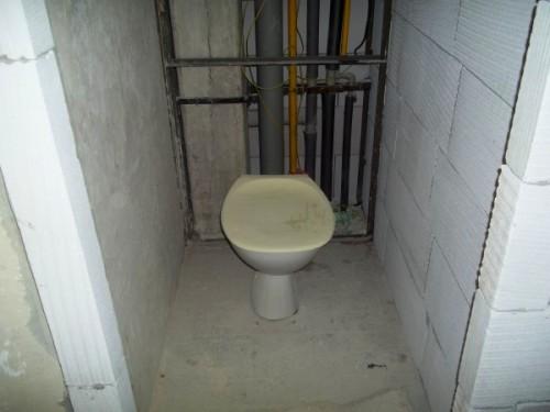 Základy záchodu a koupelny jsou vyzděny
