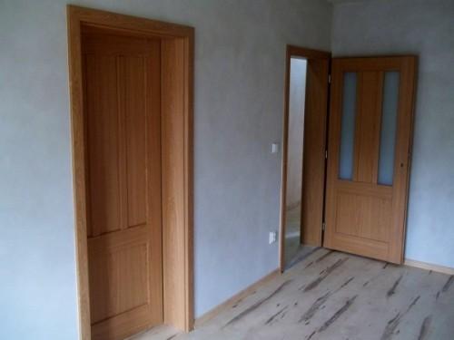 Pohled na nové dveře včetně obložkových zárubní